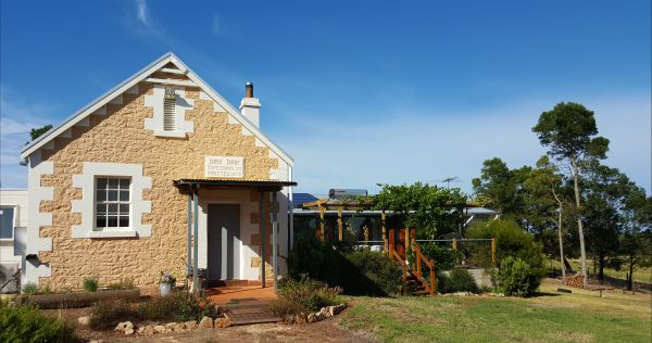 The Old Drik Drik Schoolhouse Retreat - Newcastle Accommodation