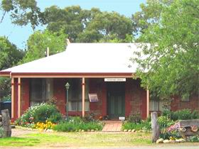 Stacey Studio Gallery  Almond Grove BB - Newcastle Accommodation