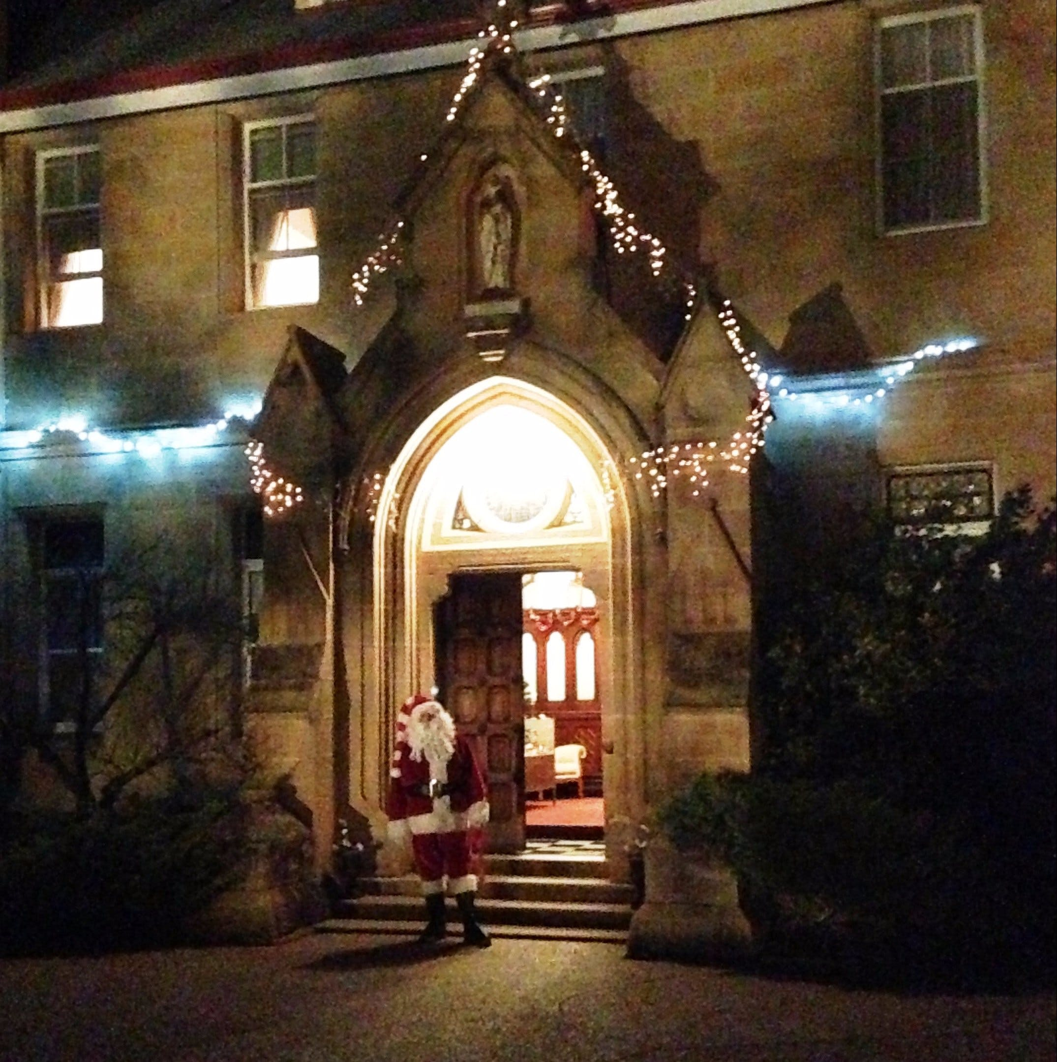 Abbey of the Roses - Christmas in July - Newcastle Accommodation