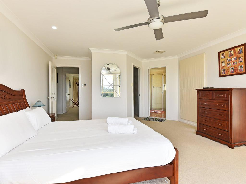 Noble Willow Homestead Lovedale. Super Spacious, With Views And Pool - Newcastle Accommodation
